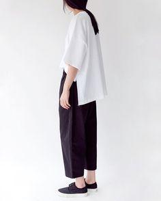 Minimalist Fashion Women, Minimal Fashion, Chic Minimalista, Oversized White Shirt, Trendy Outfits, Fashion Outfits, Lauren, Cropped Trousers, Contemporary Fashion