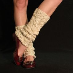 Free knitting pattern for these cute legwarmers! Would make a great gift!