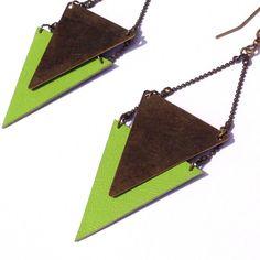 """Boucle d'oreille verte pomme triangle CHEYENNE cuir et métal - Collection  """"L'été Indien"""""""