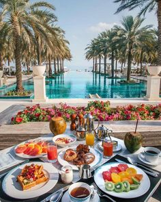 Poolside breakfast at the Al Bustan Palace a Ritz-Carlton Hotel in Muscat, Oman Top 10 Hotels, Hotels And Resorts, Best Hotels, Luxury Hotels, Hilton Hotels, Comida Picnic, Tara Milk Tea, All I Ever Wanted, Beautiful Hotels