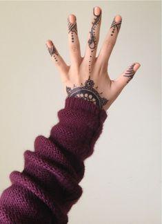 I love finger tattoos like this.