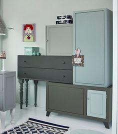 Der her kan man vidst kalde originalt og kreativt. DIY reoler samlet af en masse små møbler som hylder, reoler, kommoder, natborde m.v.