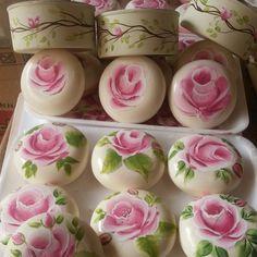 Sabonete redondo da Natura pintado a mão acompanha uma lata com tampa pintada com mini rosas e embalada em tule presa por uma mini rosa de tecido R$ 15,00