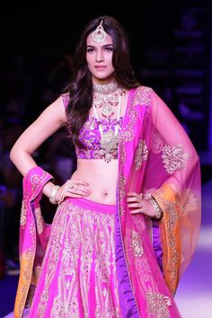 Kriti Sanon Hot Navel In Lehenga Choli At IIJW 2015 - No Watermark pic