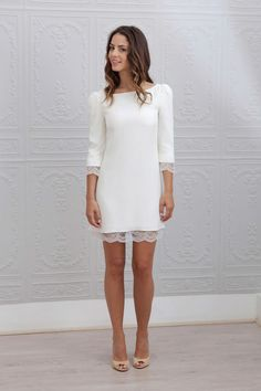 Autre robe courte, Margot de Marie Laporte est plutôt sage avec sa coupe droite et son tissu sobre, mais ses petites touches de dentelle en bordure font toute la différence !