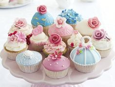 Decorate your cupcakes like these when you're throwing a high tea party. Gourmet Cupcakes, Yummy Cupcakes, Cupcake Cookies, Sweet Cupcakes, Royal Cupcakes, Fondant Cupcakes, Cupcakes Bonitos, Cupcakes Decorados, Bolo Laura