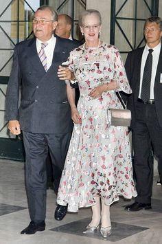 Dronning Margrethe dukkede op til FDF's landslejr i en sommer-frisk, blomstret jakke. Men majestæten har aldrig lagt skjul på, at hun elsker tøj med blomster og print.
