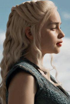 "Emilia Clarke als ""Daenerys Targaryen"" in Game of Thrones. Emilia Clarke Daenerys Targaryen, Daenerys Targaryen Aesthetic, Daenarys Targaryen, Game Of Thrones Art, Mother Of Dragons, Film Serie, Her Hair, Wedding Hairstyles, Queen"