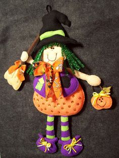 Adornos Halloween, Fun Crafts, Witch, Christmas Ornaments, Holiday Decor, Chile, Wreaths, Scrappy Quilts, Halloween Bathroom