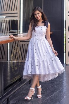Indian Gowns Dresses, Indian Fashion Dresses, Dress Indian Style, Indian Designer Outfits, Girls Fashion Clothes, Designer Dresses, Stylish Dresses For Girls, Stylish Dress Designs, Simple Dresses