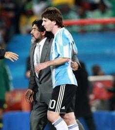 Légende devenu entraineur @Maradonna #9ine Diego Armando, Ipod, Soccer Players, Messi, Ipad Pro, Football, Fifa App, Soccer Stars, Ios 8