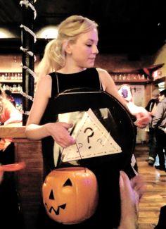 Emily fazendo brincadeiras de Dia das Bruxas após o show no bar Eddies Attic em Atlanta no Halloween (31.10.2014)