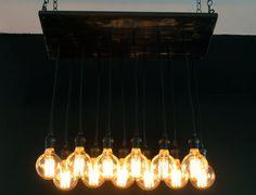 Éclairage de bois récupéré avec bourbon détresse taches et Edison ampoules à filament