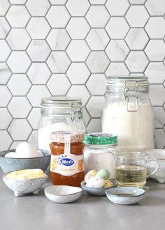 Abrikozen-yoghurtcake met cream cheese frosting - Laura's Bakery Mango Yoghurt, Mason Jars, Food, Pie, Recipe, Essen, Mason Jar, Meals, Yemek