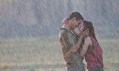 Apaixone-se por alguém que adore a sua companhia e escolha estar com vocêsob o sol forteou embaixo de uma chuva fria.