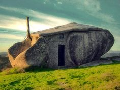 The aptly-named Stone House in Portugal. Reminds me of the .-The aptly-named Stone House in Portugal. Reminds me of the Flinstones 🙂 The aptly-named Stone House in Portugal. Reminds me of the Flinstones 🙂 - Unusual Buildings, Amazing Buildings, Amazing Architecture, Amazing Houses, House Architecture, Classical Architecture, Casa Do Rock, Cottage Design, House Design