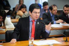 O senador Randolfe Rodrigues foi relator, na Comissão de Ciência, Tecnologia, Inovação, Comunicação e Informática (CCT) do Senado, do Projeto de Lei da Câmara (PLC) 34/2015, que retira a obrigação de estampar o símbolo indicando a presença de ingrediente transgênico nos rótulos de produtos alimentares