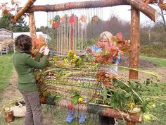garden loom - this was a huge success! we added moss, bits of wool roving, sticks, cherry bark, flowers and grasses garden projects Garden Loom Weaving Projects, Weaving Art, Outdoor Art, Outdoor Play, Land Art, Sensory Garden, Outdoor Classroom, Outdoor Learning, Outdoor Education