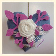 Cuore in lino azzurro con rosa di lino bianco e pizzo, by fattoamanodaTati, 16,00 € su misshobby.com