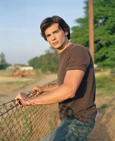 Picture: Tom Welling as Clark Kent on 'Smallville.' Pic is in a photo gallery for Tom Welling featuring 17 pictures. Smallville Clark Kent, Tom Welling Smallville, Smallville Quotes, My Superman, Kristin Kreuk, Star Wars, Le Male, Gorgeous Men, Beautiful People