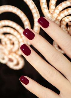 Nails casual Quadrat Nagellack mit weinrote Farbe für den Herbst Esmalte quadrado com cor marrom para o outono Dark Red Nails, Burgundy Nails, Red Burgundy, Red Gel Nails, Maroon Nails, Shellac Nails Fall, Oxblood Nails, Pink Nail, Matte Nails