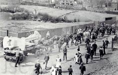 With 20 Clydesdale horses ahead of the dray, Titanic's anchor makes its way towards Dudley Railway Station, April 1911 passing down the dirt track towards Northfield Road. Real Titanic, Titanic History, Titanic Wreck, Titanic Photos, Belfast, Old Pictures, Old Photos, Horse Pictures, Vintage Pictures