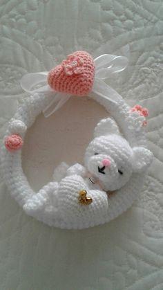 Amigurumi tejido a crochet adorno para colgar (+_+) Crochet Wreath, Crochet Yarn, Free Crochet, Etsy Christmas, Christmas Sewing, Yarn Projects, Crochet Projects, Valentine Wreath, Crochet Stitches Patterns