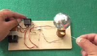 Fabrica una mini bobina de Tesla usando materiales muy sencillos de conseguir. Sorprende a todos con este simple proyecto