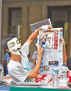 中指嗆聲 反課綱學生昨上午讀報時,對著教育部長吳思華的照片比中指。陳卓邦攝