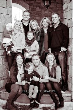 large family/group pose -framed in the opening of architecture Large Family Pictures, Large Group Photos, Large Family Portraits, Extended Family Photos, Large Family Poses, Family Portrait Poses, Family Picture Poses, Family Photo Sessions, Family Posing