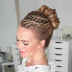 37 Dutch Braid Hairstyles – Braided Hairstyles With Tutorials The Dutch Spit is a three-strand pigtail with the addition of extra. But the strands are not laid on top, as when weaving a French braid, but under it, so it is also called reverse French. Braided Bun Hairstyles, Bun Hairstyles For Long Hair, Latest Hairstyles, French Hairstyles, Hairstyles Videos, Fashion Hairstyles, Pretty Hairstyles, Hairstyles For Girls, Popular Hairstyles