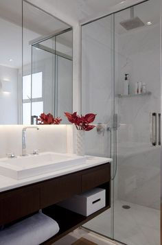 El diseño interior intemporal de este apartamento, tiene entre sus atributos - espacios amplios e integrados, colores neutros y mucha luz natural.