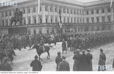 Marszałek Piłsudski na Kasztance przyjmuje defiladę wojsk piechoty podczas Obchodów Święta Niepodległości na placu Saskim w Warszawie, 1926-11-11.  http://www.audiovis.nac.gov.pl/obraz/115807/9af9bd4b2dc51057d3b41e00a21f359c/
