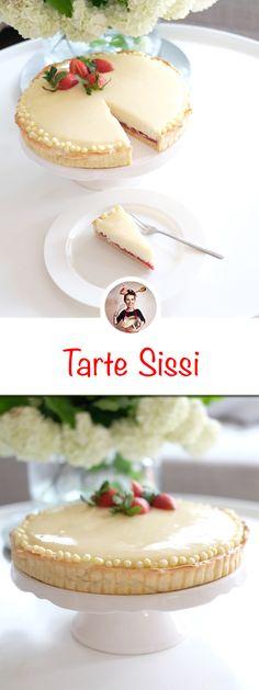 Französische Tarte Sissi gebacken. Das ist eine Milchreis-Tarte mit Erdbeer-Rhabarber-Kompott und einer Mirror Glaze. #Tartesissi #Tarte #Frankreich #Milchreis #Erdbeeren #Rhabarber #rezept #lecker