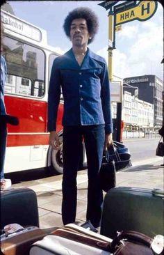James Marshall Hendrix in a bus stop in Hamburg, Germany, Jimi Hendrix Experience, Elvis Presley, Jimi Hendricks, Historia Do Rock, Blues, Der Bus, I Love Music, Janis Joplin, Rock Legends