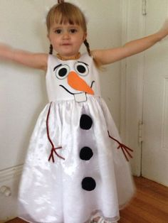 White dress, foam, pipe cleaners and fabric glue. Put a black long sleeve tee under for Olaf arms? And headband with black pipe cleaner Olaf Halloween Costume, Halloween 2014, Halloween Kids, Frozen Birthday Party, Frozen Party, Frozen Frozen, Princess Tutu Dresses, Princess Costumes, Fancy Dress