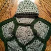 Keep+your+little+one+warm+and+cute+in+this+adorable+baby+turtle+blanket.+This+would+also+make+the+cutest+newborn+photo+prop.+    (This+pattern+is+my+own)