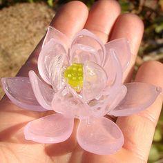 耐熱ガラスで作った蓮の花です。部屋をやわらかな雰囲気にしてくれます。華奢に見えますが、とてもしっかりしています。|ハンドメイド、手作り、手仕事品の通販・販売・購入ならCreema。