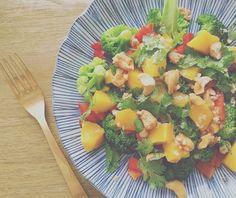 Deze Thaise broccoli salade met mango valt in de categorie: simpel, gezond en heel erg lekker! www.eatpurelove.nl