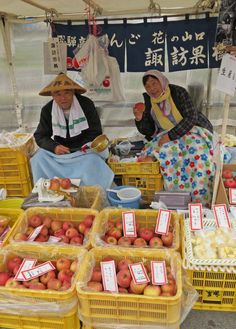 Apple sellers at #Takayama market #Japan