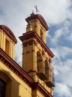 Cruz de forja que remata el campanario del antiguo convento de Los Terceros