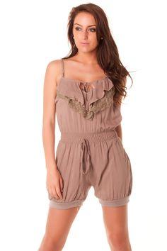 Combi-short très mode en taupe avec dentelle au dos. vêtement femme124 Prix : 6.32 € HT