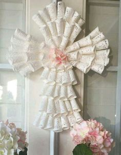 Cross Wreath made with Paper Dollies (dollar store) Perfect for christening, first communion, confirmation. Première Communion, First Communion Party, First Holy Communion, First Communion Decorations, Girl Baptism Decorations, Centerpieces For Baptism, Communion Centerpieces, Baptism Ideas, Shower Centerpieces