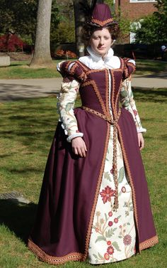 Custom Elizabethan Gown Made to Order by GreenMountainGarb on Etsy Elizabethan Clothing, Elizabethan Costume, Elizabethan Fashion, Tudor Fashion, Medieval Costume, Medieval Dress, Reign Fashion, Renaissance Mode, Renaissance Fashion