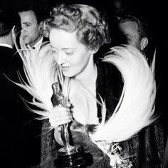 Bette Davis with her oscar for Jezebel.
