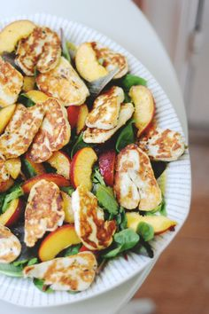 Halloumi and nectarine salad. Salty and sweet. Veggie Recipes, Vegetarian Recipes, Cooking Recipes, Healthy Recipes, Fruit Recipes, Yummy Recipes, Clean Eating, Healthy Eating, Food For Thought