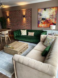 Gözde Hanım'ın modern-rusrik esintili salonunun konuğuyuz. Keyifli, aynı zamanda da şık bir ortam yaratmak isteyen ev sahibimiz, çözümü bu iki tarzı birleştirmekte bulmuş. Sonucunda pek de başarılı olmuş. İşe salonun renk paletini belirlemekle başlayan Gözde Hanım, sıcak renk tonlarını kullanmış:... Living Room Decor Furniture, Living Room Sofa Design, Room Design Bedroom, Living Room Designs, Home Furniture, Living Roon, Tv Wall Decor, Aesthetic Room Decor, Home Decor