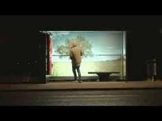 Una divertida parada de autobús trae el verano a una fría noche de Suecia. #cocacola