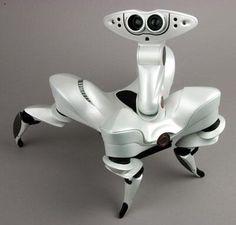 スパイダー(spider)。香港やモントリオールに拠点を構えるWowWeeによって発表された四足歩行型のペットロボット。センサーや高度なAI(人工知能)を搭載して障害物回避機能を持っているとのこと。遠隔操作できる。