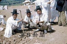 한국전쟁 직후 대구의 생활상을 담은 슬라이드 컬러사진이 한꺼번에 120여점이 나왔다. \r\n이 사진들은 현재 미국에 사는 아담(80)씨가 1954년부터 2년간 대구에 거주할때 촬영��..